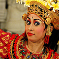 indonésie: Traditional Bali dance is characteristic by colorful dress, crampy moves and wierd stares.