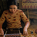 indonésie: Weaving is one of crafts commonly presented to tourists.