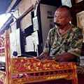 indonésie: This nice guy played gamelan, traditional music instrument. He even presented us how he builds them.
