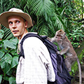 indonésie: One of the apes jumped on my backpack and tried to steal my water flask. It took me a while to make it go away.